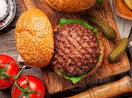 Вкусни и сочни телешки бургер кюфтета на скара - снимка на рецептата